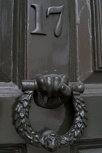 The front door and knocker at Dr Johnson's House, showing the number 17.